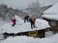 Волонтеры из отряда «Под флагом добра» помогали чистить снег